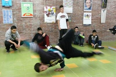L'Espai Break dance és una de les activitats clàssiques que s'ofereixen a l'Espai Jove Torre Bassas.