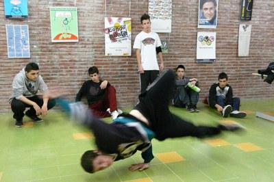 El de 'breakdance' és un dels tallers que  l'Ajuntament ha programat en el marc de l'Estiu Jove (foto: Lídia Larrosa).