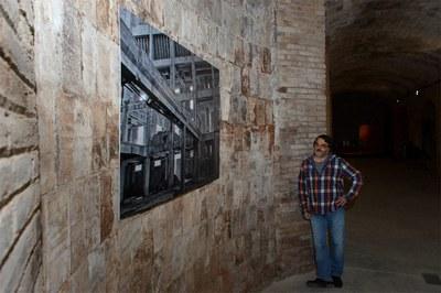 Miquel Planchart amb una de les fotografies exposades (foto: Localpres).