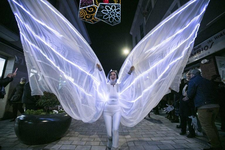 L'espectacle itinerant 'Fades de la Llum', de la companyia Artistalia, ha recorregut l'illa de vianants (foto: Ajuntament – Lali Puig)