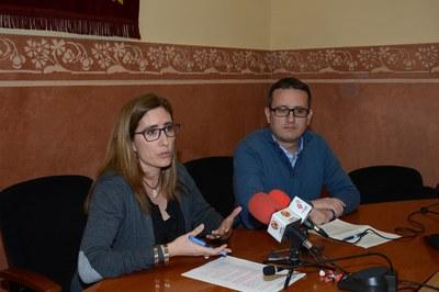 Els regidors Mas i Güeto han presentat la proposta d'ampliació de l'illa de vianants davant dels mitjans de comunicació (foto: Localpres).