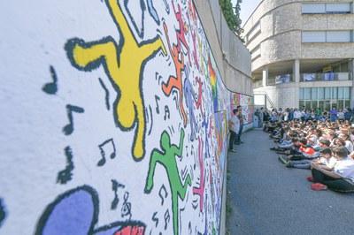 Uns 350 alumnes de l'INS La Serreta han participat en el mural (foto: Ajuntament – Localpres).