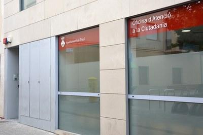 Mentre durin les obres, l'accés a l'OAC serà per la porta lateral.
