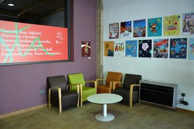 A l'oficina es poden veure exposats alguns dels treballs presentants al Concurs de cartells de Festa Major.