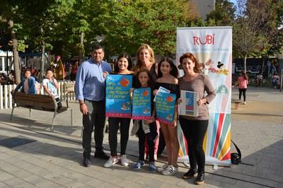 L'alcaldessa, els regidors de Serveis a les Persones i d'Esports i membres del Consell dels Infants han presentat la fira.
