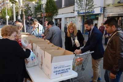 L'alcaldessa i el regidor de Cultura s'han acostat a la parada del recapte d'aliments (foto: Localpres)