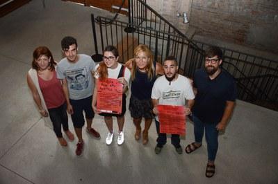 L'alcaldessa, la regidora de Serveis a les Persones i el regidor de cultura amb David Gozálvez, Laia Oller i Víctor Ramos de l'organització del festival (foto: Localpres).