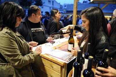 Durant la Fira del vi, s'han pogut tastar els vins guardonats als darrers Premis Vinari (foto: Localpres).