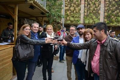 L'alcaldessa i els regidors, brindant amb el director de Vadevi.cat (foto: Localpres)