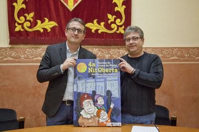 El regidor Rafael Güeto i Miquel Ortuño amb el cartell de la Nit Oberta (foto: Localpres).