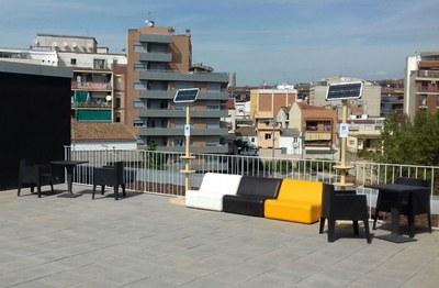 La terrassa de la Biblioteca Municipal, amb les dues torres solars.