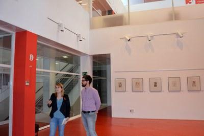 La directora de la Biblioteca amb el regidor de Cultura mostrant els nous tancaments de l'espai d'exposicions.
