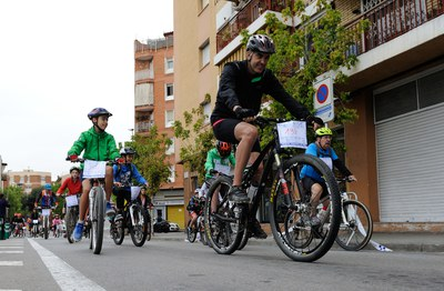 Infants i adults s'han sumat a la nova edició de la Bicicletada Popular (foto: Localpres).