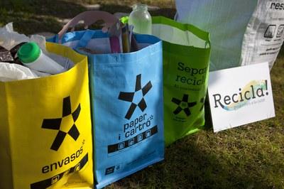 Els lots de reciclatge inclouen, entre d'altres, bosses de ràfia per separar envasos, paper i cartró i vidre (foto: Localpres).