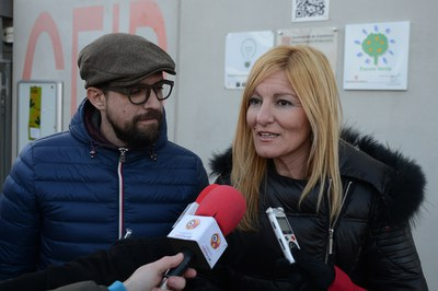 L'alcaldessa i el regidor de Medi Ambient han presentat la 2a fase de la campanya davant l'Escola Rib¡vo Rubeo (foto: Localpres).