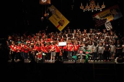 Els infants, en plena actuació (foto: Localpres).