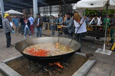 Un moment de la preparació de la paella (foto: Localpres).