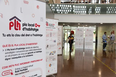 Part dels qüestionaris es van respondre als punts d'informació del a Biblioteca i el Mercat (foto: Ajuntament de Rubí - Localpres).