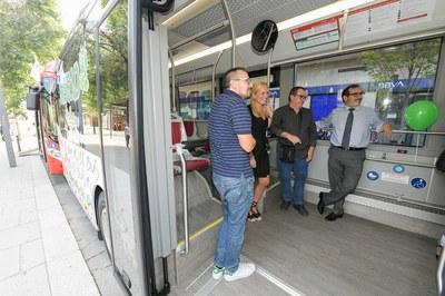 L'alcaldessa i el regidor de Mobilitat també han pogut visitar els nous autobusos (foto: Ajuntament de Rubí - Localpres).