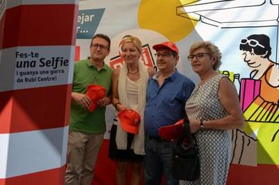 L'alcaldessa i el regidor de Comerç es van fer un selfie amb el president de la FACGR (foto: Localpres)
