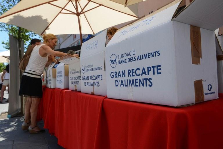 L'alcaldessa va contribuir a la recollida d'aliments de la Taula d'entitats per la inclusió social (foto: Localpres)