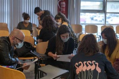 Les persones assistents han treballat en grups (foto: Ajuntament de Rubí - Localpres).