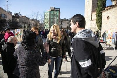 L'alcaldessa i la regidora de l'Àrea de Serveis a les Persones, parlant amb les entitats participants (foto: Ajuntament – Lali Puig).