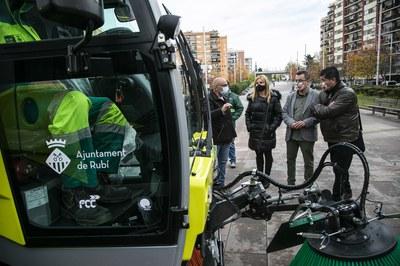 L'alcaldessa i els regidors, amb la nova maquinària (foto: Ajuntament de Rubí – Lali Puig).