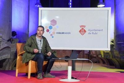 Pere Ortega, durant la conferència (foto: Ajuntament de Rubí – Localpres).