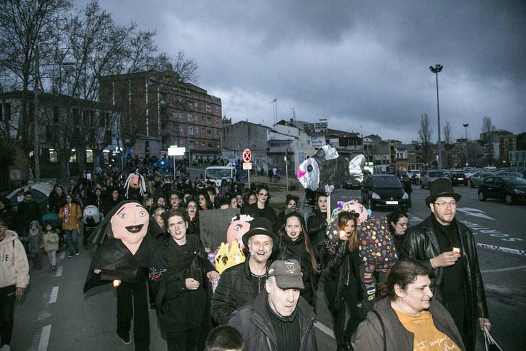 El seguici fúnebre ha recorregut el centre de la ciutat acompanyant la sardina i el rei Carnestoltes (foto: Ajuntament – Lali Puig)