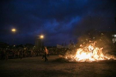 La foguera ha estat encesa per la Colla de Diables de la Riera (foto: Ajuntament – Lali Puig)