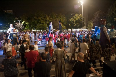 La plaça del Doctor Guardiet, plena durant la nit de dissabte (foto: Cesar Font).