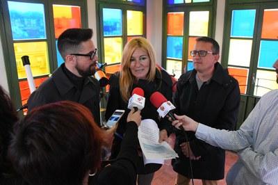 L'alcaldessa amb els regidors de cultura i comerç a l'Ateneu (foto: Localpres).