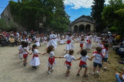 """Els infants de l'Escola de l'Esbart Dansaire de Rubí han protagonitzat el """"Ball dels Xatos"""" (foto: Ajuntament – Localpres) ."""