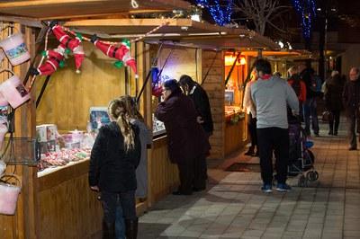 Les parades venen regals, productes nadalencs i aliments (foto: Localpres)