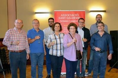 Les entitats que participen a la fira, amb els regidors de Cultura i Comerç.