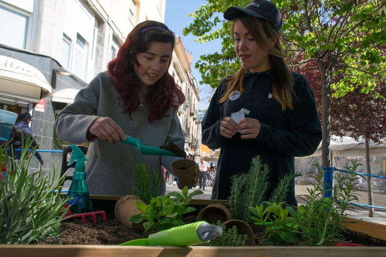 En el marc de la fira, els assistents han pogut participar en un taller d'hort urbà (foto: Localpres)