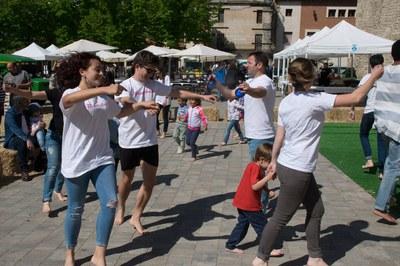 L'Esbart Dansaire ha tornat a 'Ballar de peus a terra' a la plaça del Doctor Guardiet (foto: Localpres)