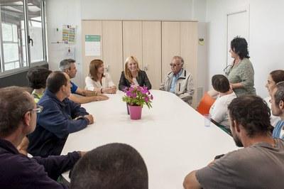 L'alcaldessa i la regidora han explicat les novetats a la plantilla i les persones usuàries de la Font del Ferro (foto: Cesar Font).