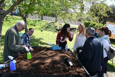 L'alcaldessa i la regidora de Serveis a les Persones han visitat la Font del Ferro aquest diumenge (foto: Localpres).