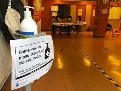 Hi ha gel hidroalcohòlic a tots els col·legis electorals (foto. Ajuntament de Rubí - Localpres).