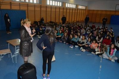 En el marc d'Alcaldia als barris, Ana María Martínez s'ha reunit amb alumnes de l'Institut L'Estatut (foto: Localpres).