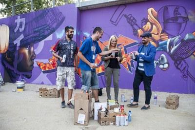 L'alcaldessa i el regidor de Cultura, amb alguns dels grafiters participants (foto: Cesar Font).