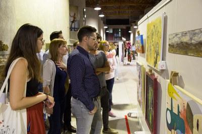 Laia Oller presentant algunes de les obres als regidors de Cultura i Joventut (foto: Localpres)