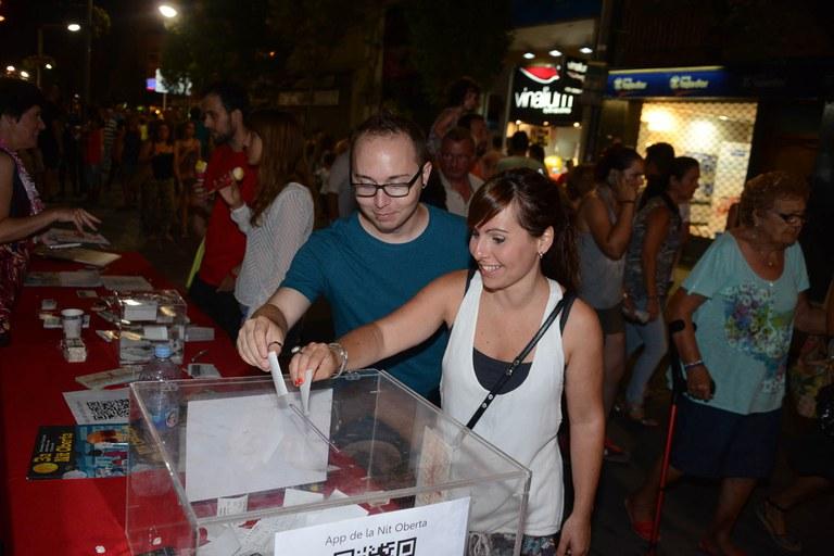 La gent va poder participar en el sorteig de Targetes Comerç-Ciutat (foto: Localpres)