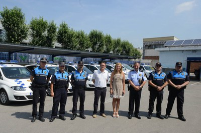 L'alcaldessa, el regidor de Seguretat Ciutadana i representants de la Policia Local, amb els nous vehicles del cos policial (foto: Localpres).