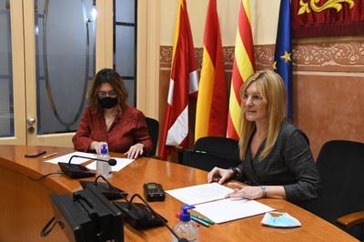 La regidora d'Habitatge i l'alcaldessa, durant la presentació del document (foto: Ajuntament de Rubí – Localpres).