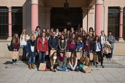Els alumnes amb la regidora Belén Meneses (foto: Localpres).