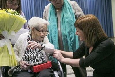 Marta García, conversant amb Rosa Monci, una de les homenatjades (foto: Ajuntament – Lali Puig).
