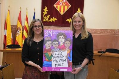 La regidora d'Igualtat i l'alcaldessa amb el cartell del 8M (foto: Ajuntament de Rubí – Localpres).